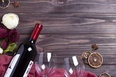 Peonys del bicchiere di vino della bottiglia di vino sulla tavola di legno fotografia stock