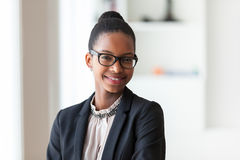 一个年轻非裔美国人的女商人的画象-黑peop 免版税库存图片