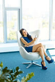 使用她的智能手机的女商人在办公室 事务Peop 库存照片