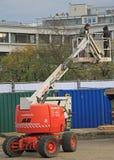 Peope op liftplatform controleert elektrische kabel openlucht Stock Foto's