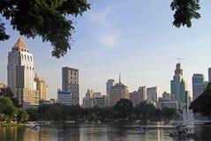 Peope rust in park van Bangkok, Thailand Stock Fotografie