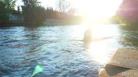 People乘独木舟的湖 股票视频
