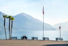 People旁边湖在洛枷诺,瑞士 库存图片