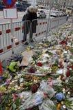 _PEOPLE ATTACCATO PAIS E FIORI ALL'AMBASCIATA FRANCESE Fotografia Stock Libera da Diritti