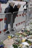 _PEOPLE ATTACCATO PAIS E FIORI ALL'AMBASCIATA FRANCESE Fotografie Stock
