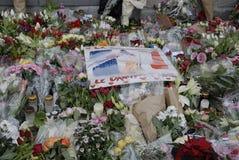_PEOPLE ATTACCATO PAIS E FIORI ALL'AMBASCIATA FRANCESE Fotografia Stock