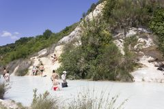 People bathing in the free area of Bagno Vignoni Stock Photography
