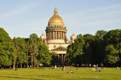People enjoy summer at Sankt Petersburg landmar Royalty Free Stock Photos