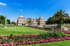 People enjoy sunny day in the Luxembourg Gardens in Paris, Franc Royalty Free Stock Photos