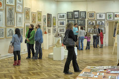 People in the exhibition of contemporary artists Royalty Free Stock Images