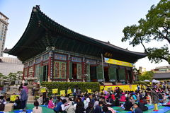 People gathering outside Jogyesa temple for prayers in Seoul Stock Photo