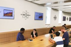 People at Genius Bar royalty free stock photos