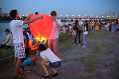 People are getting ready to launch a fly lanterns Stock Image
