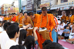 People give food offerings monks Royalty Free Stock Photos