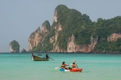 People kayaking at Ao Loh Dalum on Phi Phi Don Island, Krabi Pro Royalty Free Stock Photography