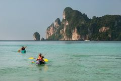 People kayaking at Ao Loh Dalum on Phi Phi Don Island, Krabi Pro Royalty Free Stock Photos