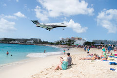 People and landing plane at st.Maarten. Maho beach Royalty Free Stock Photos