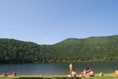 People at a mountain lake Royalty Free Stock Photos