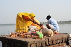 People performs pooja on sacred river Narmada in Maheshwar Stock Photos