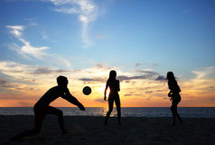 People playing beach volleyball Royalty Free Stock Photos