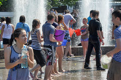 People pour water on each other Royalty Free Stock Photography