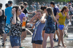 People pour water on each other Royalty Free Stock Photos