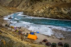 PEOPLE PREPARING TENTS ON THE FIRST DAY OF CHADAR TREK royalty free stock photography