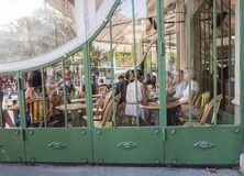 People relax at busy cafe across from Jardin de Luxembourg, Pari Stock Photography