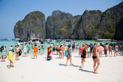 People relax on the famous beach of Maya Bay on Phi Phi Leh isla Stock Photos