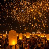 People release sky lanterns to worship Buddha's relics Royalty Free Stock Images