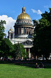 People resting against St. Isaac's cathedral, St. Petersburg Stock Photography