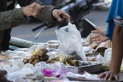 People& x27; s方式买食物早晨 库存图片