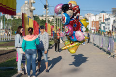 People sell balloons with helium at the bottom of the protection of children, the bay, the city of Cheboksary, Chuvash Republic, R. Ussia. The joy and emotions Royalty Free Stock Photography
