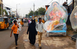 People sell Hindu god Ganesha Idols on roadside Royalty Free Stock Images