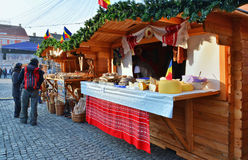 People shop for Christmas at market stalls Royalty Free Stock Photography