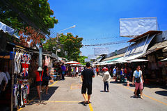 People shopping at Chatuchak weekend shopping market in Bangkok Royalty Free Stock Photos