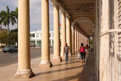 People under arches in Cuba Royalty Free Stock Photography