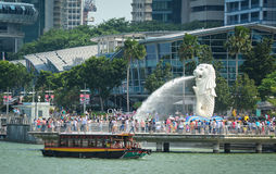 People visit Lion Statue in Marina Bay, Singapore Stock Photos