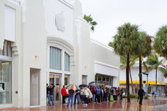 People waiting in line at the Apple Store Stock Photos