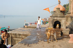 People walking on the ghat of Maheshwar on India Royalty Free Stock Photos