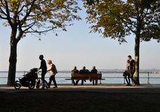 People walking the seaside promenade Royalty Free Stock Photography