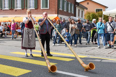 People wearing traditional clothes and playing the alphorn at En Stock Photos