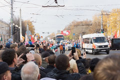 People welcome torchbearer, who took the Olympic flame in Tver Royalty Free Stock Image