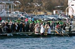 Peopls游泳在突然显现(圣洁洗礼)期间的冰冷的水黑海中在正统传统 库存图片