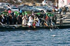Peopls游泳在突然显现(圣洁洗礼)期间的冰冷的水黑海中在正统传统 图库摄影