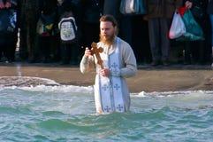 Peopls游泳在突然显现(圣洁洗礼)期间的冰冷的水黑海中在正统传统 免版税图库摄影