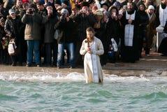 Peopls游泳在突然显现(圣洁洗礼)期间的冰冷的水黑海中在正统传统 免版税库存照片