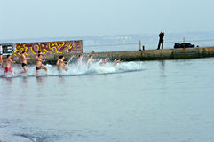 Peopls που κολυμπά στον πάγο - κρύο νερό Μαύρη Θάλασσα κατά τη διάρκεια Epiphany (ιερό βάπτισμα) στην ορθόδοξη παράδοση Στοκ φωτογραφία με δικαίωμα ελεύθερης χρήσης