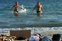 Peopls die in ijskoud water de Zwarte Zee tijdens Epiphany (Heilig Doopsel) zwemmen in de Orthodoxe traditie Royalty-vrije Stock Afbeelding