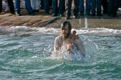Peopls die in ijskoud water de Zwarte Zee tijdens Epiphany (Heilig Doopsel) zwemmen in de Orthodoxe traditie Stock Fotografie